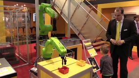 Prague Tjeckien, Oktober 1, 2017: en universell teknologisk automatiserad robot knuffar för industriellt innovativt lager videofilmer