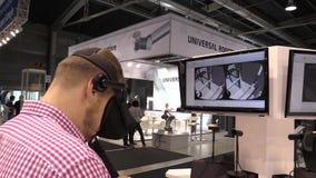 PRAGUE TJECKIEN, OKTOBER 1, 2017: Faktisk robotkontroll i utrymmet 3D av fabriken, innovativt vetenskapligt arkivfilmer