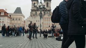 PRAGUE TJECKIEN - Oktober 23, 2017, gatamusiker på den gamla stadfyrkanten i Prague arkivfilmer