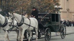 PRAGUE TJECKIEN - Oktober 23, 2017, kuskRides hästdragna vagnar i Prague stock video