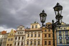 Prague Tjeckien - Oktober 9, 2017: Rad av färgrika hus royaltyfria foton