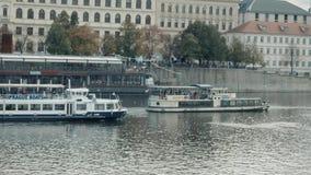 PRAGUE TJECKIEN - Oktober 24, 2017, seglar det moderna nöjefartyget längs den Vltava floden lager videofilmer