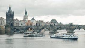 PRAGUE TJECKIEN - Oktober 24, 2017, seglar det moderna nöjefartyget längs den Vltava floden stock video