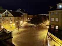 Prague Tjeckien - Oktober 30, 2018 sikt av gatan för Na Kampe från helgonet Charles Bridge vid natt Gatakörningar för Na Kampe royaltyfri fotografi