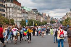 PRAGUE TJECKIEN - 12 08 2017: Prague stolthet 2017 Folket på glad LGBT ståtar i august i Prague Fotografering för Bildbyråer