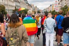 PRAGUE TJECKIEN - 12 08 2017: Prague stolthet 2017 Folket på glad LGBT ståtar i august i Prague Arkivbilder