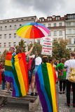 PRAGUE TJECKIEN - 12 08 2017: Prague stolthet 2017 Folket på glad LGBT ståtar i august i Prague Royaltyfri Foto