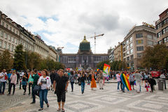 PRAGUE TJECKIEN - 12 08 2017: Prague stolthet 2017 Folket på glad LGBT ståtar i august i Prague Arkivbild