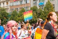PRAGUE TJECKIEN - 12 08 2017: Prague stolthet 2017 Folket på glad LGBT ståtar i august i Prague Royaltyfri Fotografi