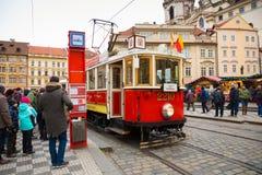PRAGUE TJECKIEN - 9 12 2017: Retro spårvagn på den Prague gatan och jul som är ganska på bakgrund Arkivbild