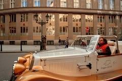 Prague Tjeckien, September 15, 2017: använde den touristic retro bilen för gammal tappning på gatan i Prague för turist- utfärder royaltyfri fotografi
