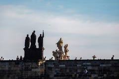 Prague Tjeckien - September, 17, 2019: Folk som går på Charles Bridge, en berömd historisk bro det fotografering för bildbyråer