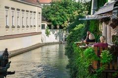 Prague Tjeckien - September 10, 2019: Folk som kopplar av och äter lunch på de utomhus- tabellerna av Velkoprevorsky Mlyn fotografering för bildbyråer