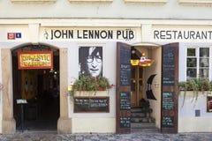 PRAGUE TJECKIEN - SEPTEMBER 05, 2015: Foto av den John Lennon baren Arkivbild