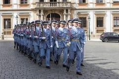 PRAGUE TJECKIEN - SEPTEMBER 02, 2015: Foto av hedersvakten på den Prague slotten Arkivbilder