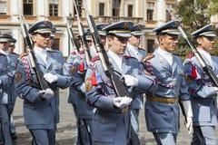 PRAGUE TJECKIEN - SEPTEMBER 02, 2015: Foto av hedersvakten på den Prague slotten Arkivfoto