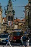 Prague Tjeckien - September, 17, 2019: Gångarekorsning gatan på den gamla staden av Prague, med bilar, spårvagn royaltyfri fotografi
