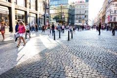 PRAGUE TJECKIEN - September 7: Gata I för turister på fötter Arkivbild