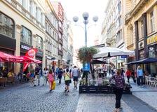 PRAGUE TJECKIEN - September 7: Gata I för turister på fötter Arkivfoton