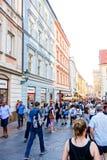 PRAGUE TJECKIEN - September 7: Gata I för turister på fötter Royaltyfria Bilder