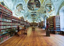 PRAGUE TJECKIEN - SEPTEMBER 6, 2017 Matematisk korridor av det Strahov klosterarkivet, Prague, Tjeckien arkivfoton
