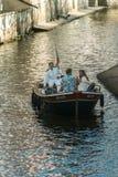 Prague Tjeckien - September 10, 2019: par på en romantisk kryssningtroughtCertovka kanal royaltyfria foton