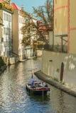 Prague Tjeckien - September 10, 2019: par på en romantisk kryssningtroughtCertovka kanal arkivbilder