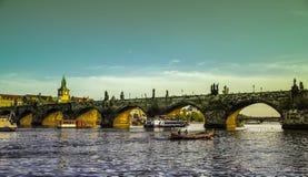 Prague Tjeckien - September, 17, 2019: Par tycker om romantisk solnedgång i ett fartyg i den Vltava floden med charles fotografering för bildbyråer