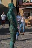 Prague Tjeckien - September 10, 2019: Pissa statyn och springbrunnen på översikten av tjecken i den Prague staden arkivfoto