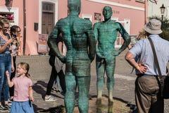 Prague Tjeckien - September 10, 2019: Pissa statyn och springbrunnen på översikten av tjecken i den Prague staden royaltyfria bilder