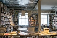 Prague Tjeckien - September 10, 2019: rymligt kontor mycket av böcker på DOX, Prague galleri av samtida konst arkivfoto