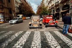 Prague Tjeckien, September 15, 2017: touristic retro bil för gammal vitage på gatan i Prague arkivbild
