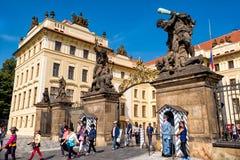 PRAGUE TJECKIEN - SEPTEMBER 07, 2016: Turister och vakter Royaltyfri Bild