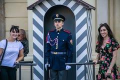 Prague Tjeckien - September, 18, 2019: Turister som poserar med vakterna av hedersvakter på det presidents- arkivbilder