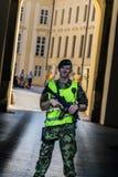 Prague Tjeckien - September, 18, 2019: Yttersida en för ordningsvakt för Prague slott tjänstgörande av de huvudsakliga nycklarna royaltyfri bild