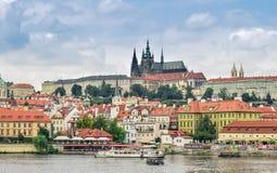 Prague/Tjeckien - 08 09 2016: Sikt av den gamla staden av Prague över floden arkivbilder