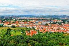 2014-07-09 Prague, Tjeckien - sikt från 'det Petrinska rozhledna' tornet till den trevliga historiska staden Prague Fotografering för Bildbyråer