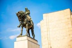 Prague Tjeckien - 6 05 2019: Statyn av Jan Zizka uppe p? av den nationella monumentet p? Vitkov parkerar i det Zizkov omr?det fotografering för bildbyråer