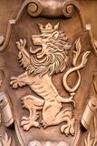 Prague/Tjeckien 03 31 2019: vapenskölden brons lejonet framlänges arkivbild