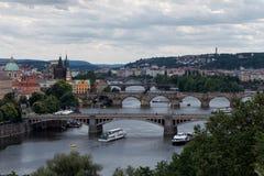 Prague Tjeckienflod och brosikt arkivbild