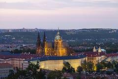 Prague/tjeckisk Republic/06 29 2018: Sikt av den Prague slotten och St Vitus Cathedral på solnedgången arkivbilder