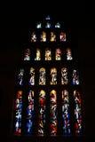Prague tjeckisk republik 23 AUGUSTI 2013: Målat glassfönster i St Vitus Cathedral arkivbilder