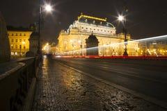 Prague tjeckisk republik bilar är rörande på bron i Prague arkivfoto