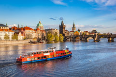Prague tjeckisk republik Charles Bridge fartygkryssning på den Vltava floden Royaltyfri Bild