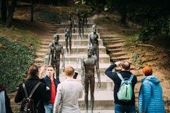 Prague tjeckisk republik Folk som tar fotoet nära minnesmärken till offer av kommunism som firar minnet av offren av kommunisten arkivfoto