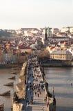 Prague tjeckisk republik Foto av sikten av Lesser Town med det gamla stadbrotornet Arkivfoto