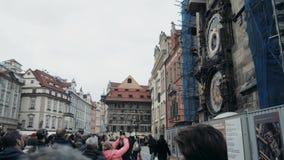 PRAGUE TJECKISK republik Oktober 27, 2017, Prague Chimes, en folkmassa av folk som lyssnar till striden av klockan på lager videofilmer
