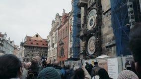 PRAGUE TJECKISK republik Oktober 27, 2017, Prague Chimes, en folkmassa av folk som lyssnar till striden av klockan på stock video