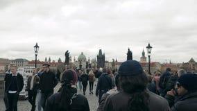 PRAGUE TJECKISK republik Oktober 25, 2017: Folket går över den berömda Charles Bridge In Prague During ett härligt arkivfilmer