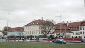 PRAGUE TJECKISK republik Oktober 25, 2017: Gammal spårvagn på gamla gator för Prague ` s med turister på turneraresplanen lager videofilmer